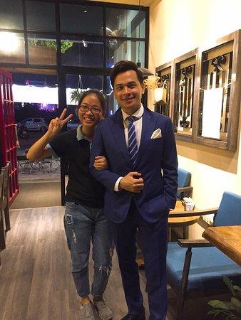 MC Danh Tùng chụp cùng nhân viên của Hana Cafe