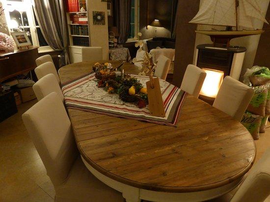 Saint-Jean-de-Losne, Francia: belle table pour les repas de fêtes