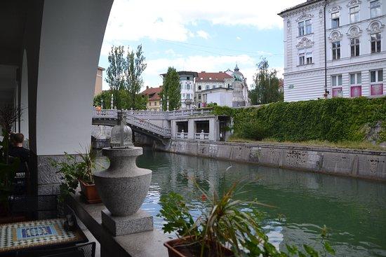 Okrepcevalnica Ribca: Terraza y rio al fondo los tres puentes