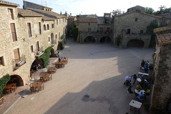 Monells, Spain: vue sur la place depuis les 2 salons et les chambres d'angle