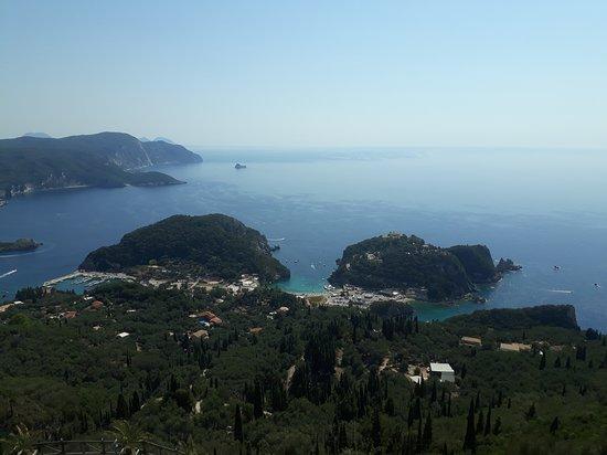 Lakones, Grecja: Výhled na Paleokastritsu.