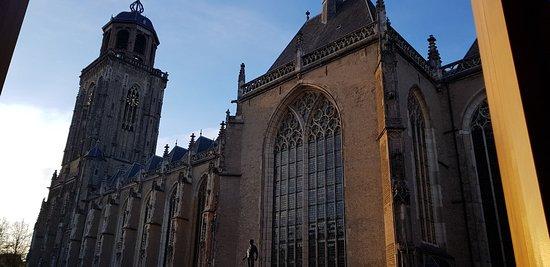 Lopen door de binnenstad van Deventer en het stadhuis.