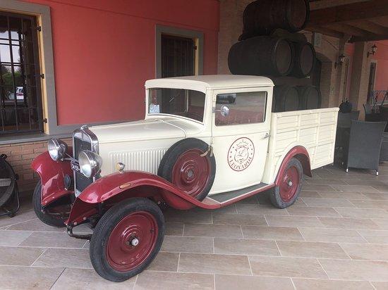 Magreta, Italy: auto storiche di proprietà del mastro acetaio