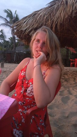 Diner les pieds dans le sable avec coucher de soleil