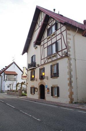 Auritz-Burguete, Hiszpania: Esta situado en la carretera de Roncesvalles pero cuenta con aparcaiento