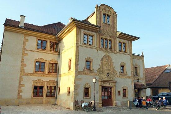 Joli bâtiment situé au coeur du village avec parking gratuit