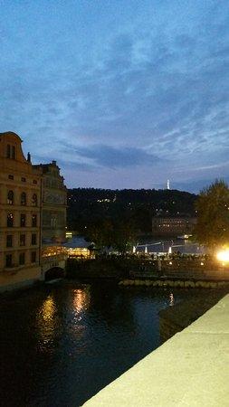 Blick von der Seite des Altstädter Brückenturm zum Petrin Hügel