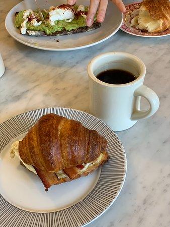 Athens, نيويورك: World's best croissant egg sandwich