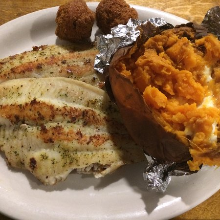 Amite, Luizjana: Large grilled catfish with baked sweet potato. Delicious!