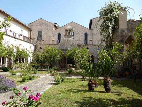 Fossanova, Ý: Il chiostro interno dell'abbazia.