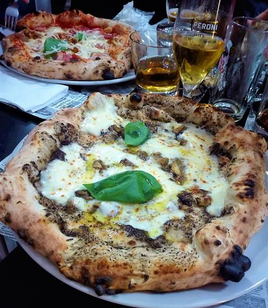 Dragoni, Italy: Pizza Tartufo e funghi