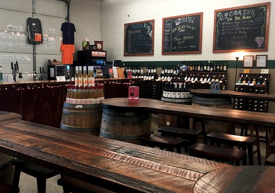 Montgomeryville, PA: The tasting room has space to enjoy wines and food with friends.