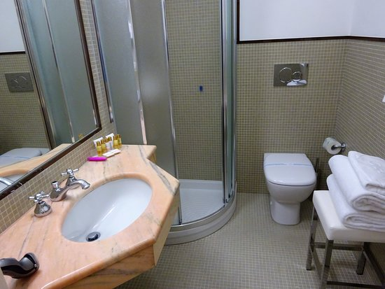 Grand Hotel Vittoria: the bathroom