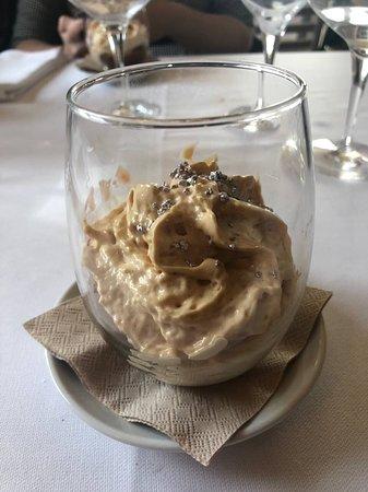 Quart, Spain: Espuma de Ferrero Rocher con helado de chocolate, crocanti de almendras y peta zetas de plata