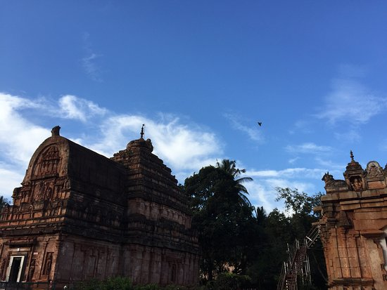 Sandur, India: Birds chirp and roost to wake up the sleepy temple
