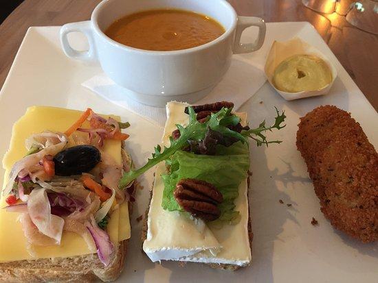 Drachten, The Netherlands: Smakelijke lunch, met pompoensoep, kroketje en twee grappige sneetjes brood.