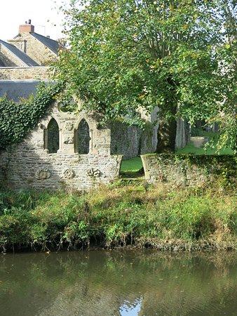 Lehon, France: Ruine en bordure du jardin de l'Abbaye.