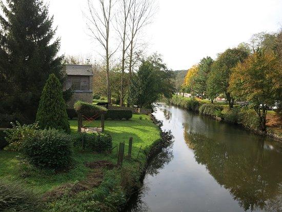Lehon, France: Le canal.