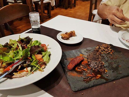 Asador Alai: Morcilla et salade mixte.