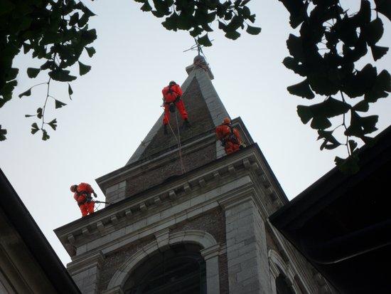 San Lorenzo Isontino, Italy: operatori specializzati all'opera di pulizia e manutenzione del campanile