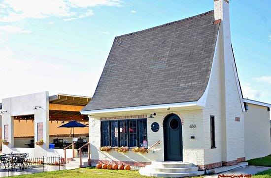 The Cheese Cottage : Outdoor dining is pet friendly!