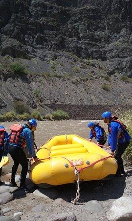 Argentina Rafting Expeditions : bajando el bote