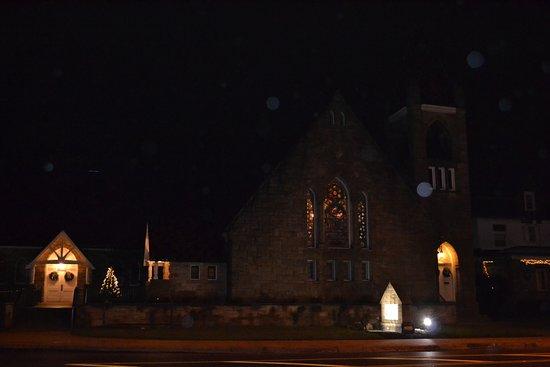 Elkins, فرجينيا الغربية: Illuminated church entrances, stained glass window
