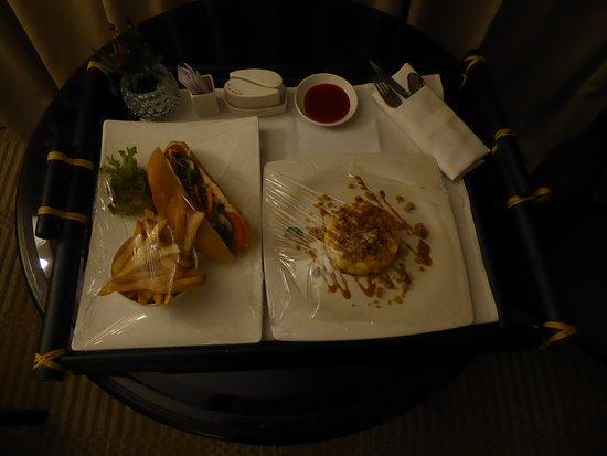 Hotel Equatorial Ho Chi Minh City : Bestellung beim Roomservice: Clubsandwich und Dessert (Kuchen)