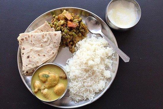 Recorrido de 4 horas por Varanasi: templos con danza clásica y Ganges Aarti: Varanasi: Home Cooking Food Tour
