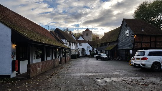 George Hotel Dorchester-on-Thames: The court yard with rooms either side and parking behind the photo.