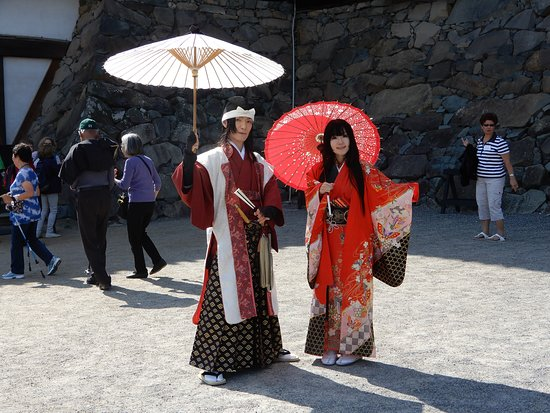 Matsumoto Castle: Couple wearing traditional Japanese dress at entrance
