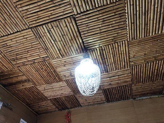 La Casa de Bambú: Cielo del techo de bambú