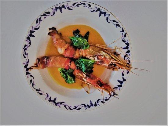 Pozzol Groppo, Италия: Gamberoni lardellati su crema di zucca e spinacini
