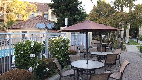 HYATT house Belmont/Redwood Shores: Außenbereich des Hotels mit Pool