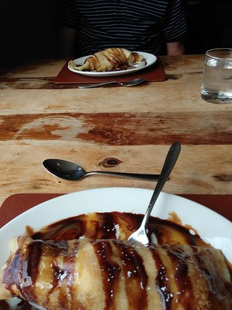 Da Vinci's Italian Restaurant: Ice cream filled crepes desert with chocolate sauce