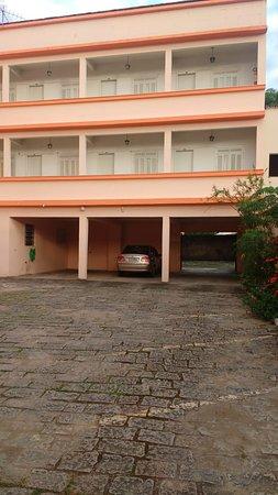 Conceicao De Macabu, RJ: Ala dos quartos em frente ao estacionamento.