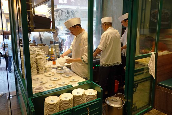 Excursion culinaire sur l'île de Hong Kong en petit groupe : The cooks prepare the noodles right in the window so clients can see how well the noodles are prepared.