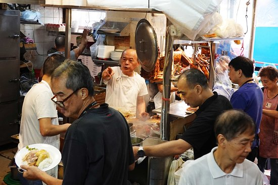 Excursion culinaire sur l'île de Hong Kong en petit groupe : The head chef making sure everyone gets served the wonderful pork and duck.