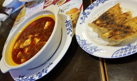 Bamiyan Hachioji Horinouchi : 麻婆豆腐と餃子が運ばれてきました。