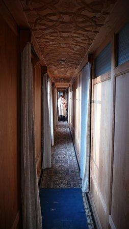 Khilona Group of Houseboats: Der lange Laufgang führt zu den Zimmern im hinteren Bereich des Hausboots.
