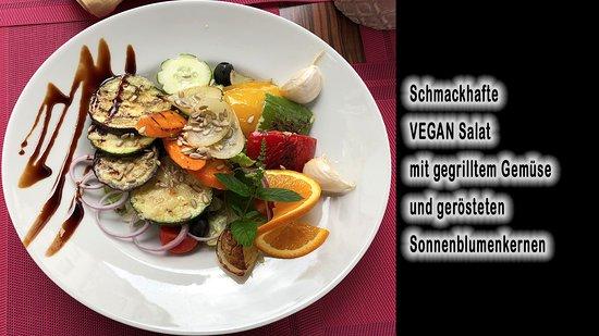 Veganes Salat mit Gemüse, frisch gegrillt