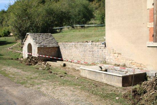 Laives, Ranska: MONTCEAUX-RAGNY :  Jolie balade dans ce village - un lavoir