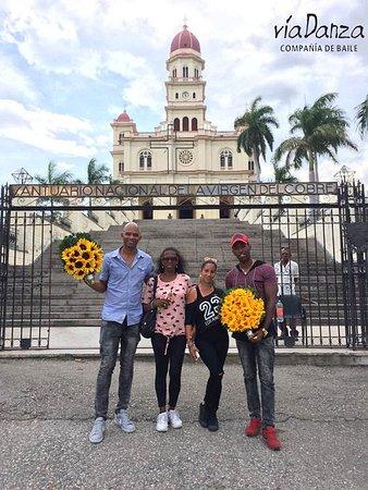 El Cobre, Куба: bailarines llevan girasoles a la patrona de cuba