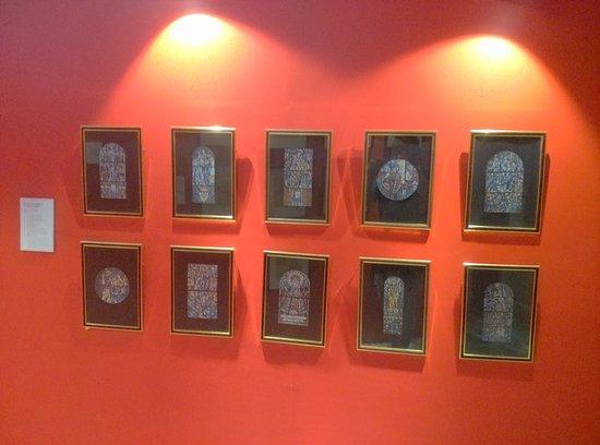 Manila Cathedral : display foto 10 hiasan jendela kaca patri di galeri yang terdapat di dalam gereja