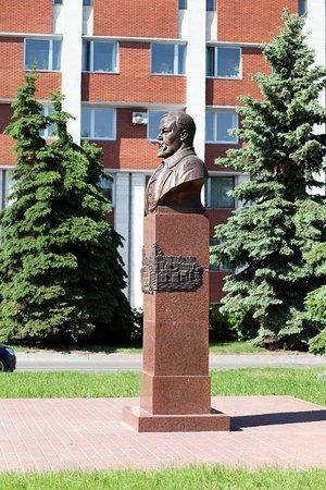 Orekhovo-Zuevo, Russia: Памятник СТ Морозову сбоку, на фоне здания Администрации г.о.