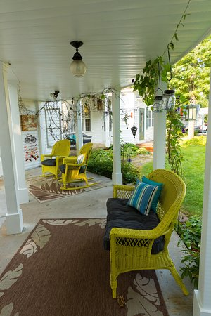 Whitehall, WI: Circular porch between lobby and suite 1 is Linda's favorite place for coffee and watching the hummingbirds.