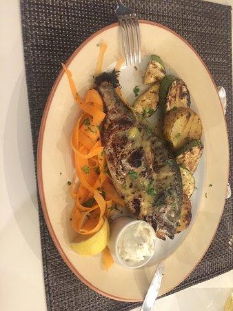 Le poisson tsipoura cuit à la perfection.