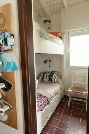 Dispone de un armario para guardar la ropa u objetos de los huéspedes