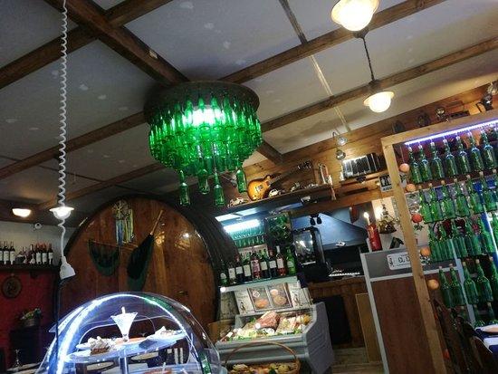 Pendueles, Spain: Parte de la decoración del restaurante, hay 3 lámparas hechas con botellas de sidra, cada una de forma diferente.