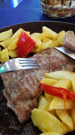 Pendueles, Spain: Secreto ibérico con patatas fritas y pimientos.